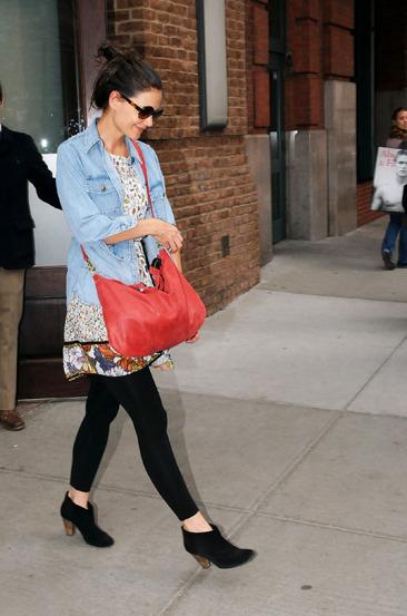 Katie Holmes leaves her Manhattan hotel