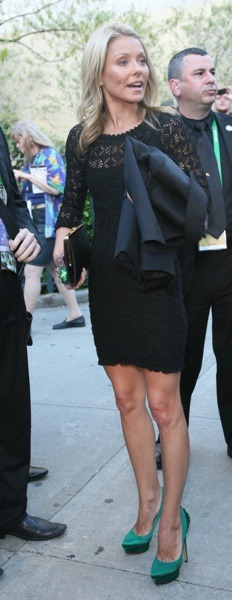 Kelly Ripa in green pumps