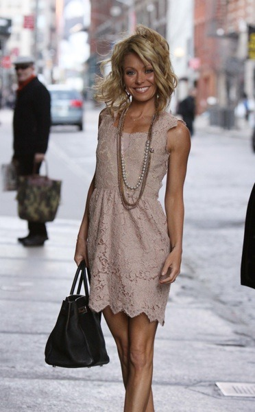 Kelly Ripa looks beautiful