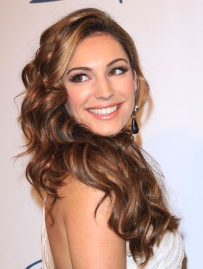 Kelly Brook's soft curls for oval faces