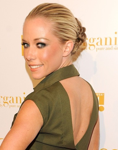Kendra Wilkinson gives a glance