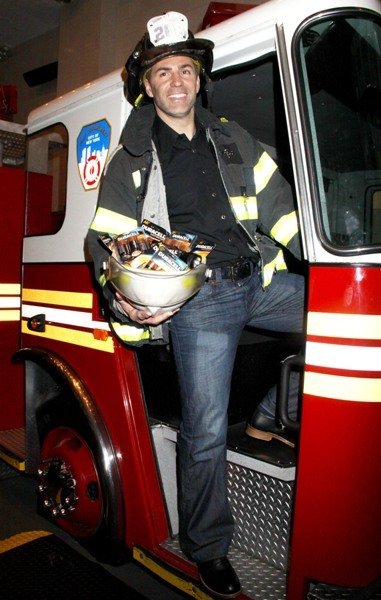 Kurt Warner visits the Fire Department