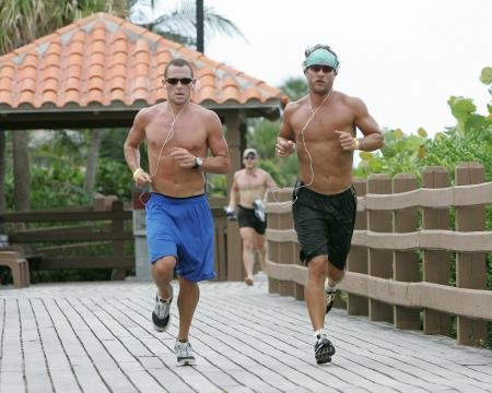 Lance Armstrong and Matthew McConaughey exercise