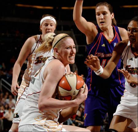 Lauren Jackson Grabs a Rebound