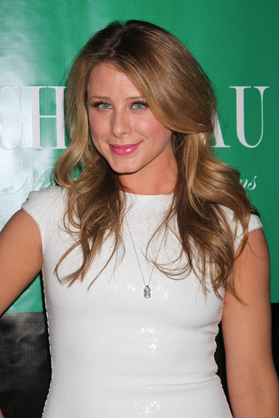 Lo Bosworth's long blonde hairstyle