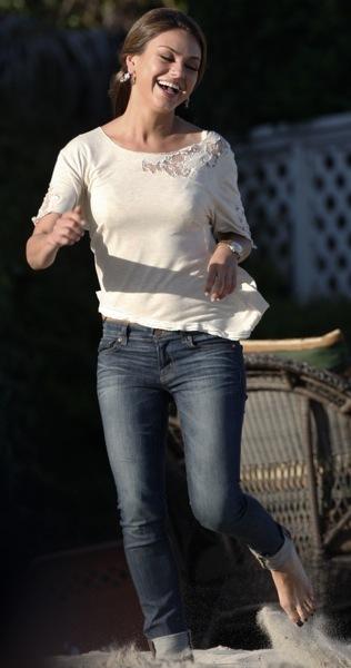 Mila Kunis in skinny jeans