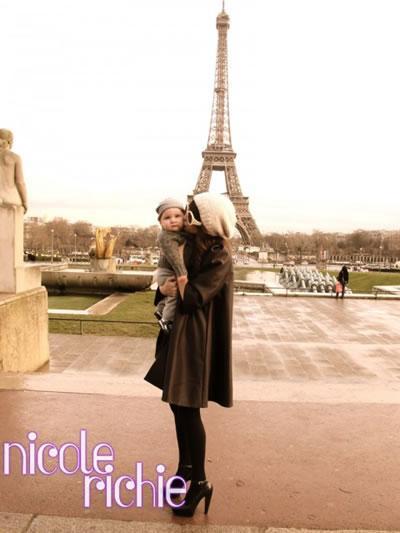 Nicole and Sparrow pucker up in Paris.