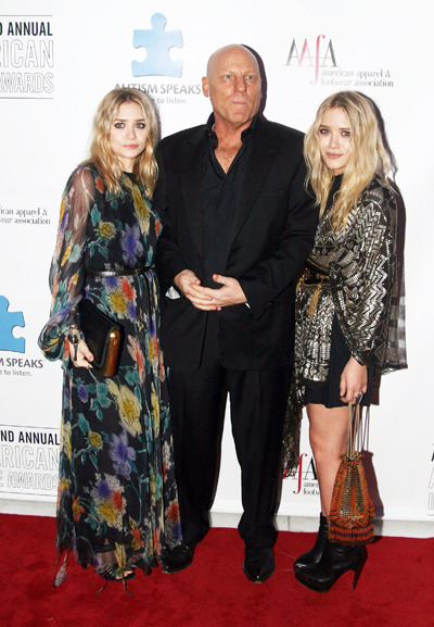 Ashley and Mary-Kate Olsen pose with Steve Madden