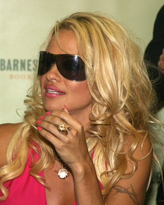 Pamela Anderson: Barbed wire tattoo