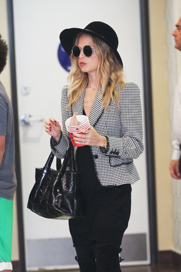 Rachel Zoe gets frozen yogurt