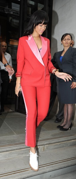 Rihanna leaves hotel