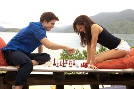 Breaking Dawn: Bella and Edward playing chess