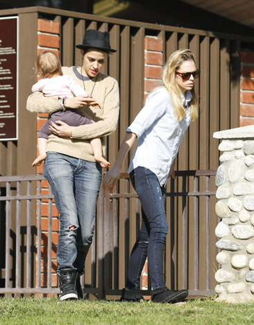 Samantha Ronson babysits at park