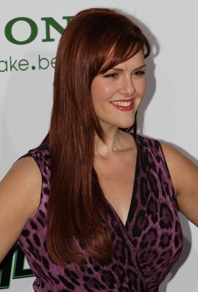 Sara Rue's sleek hairstyle with bangs