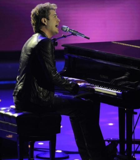 Scott MacIntyre performing on American Idol