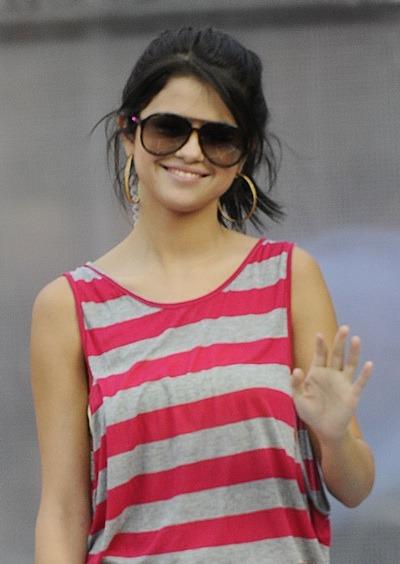 Selena Gomez in aviators