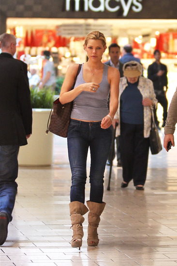 Sophie Monk shops at the Beverly Centre