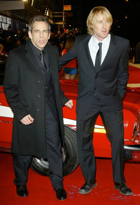 Ben Stiller and Owen Wilson stand at the Starsky and Hutch premeire