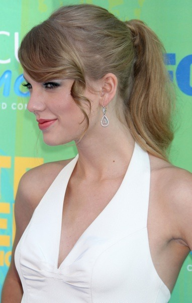 Taylor Swift in ponytail