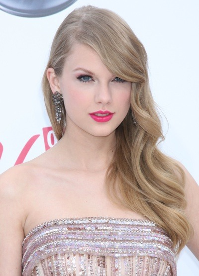 Taylor Swift with big earrings