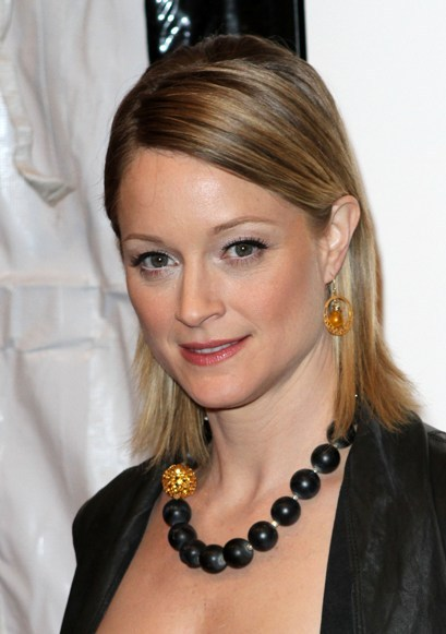 Teri Polo's straight, blonde hairstyle