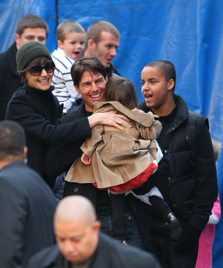 Tom Cruise holds daughter Suri