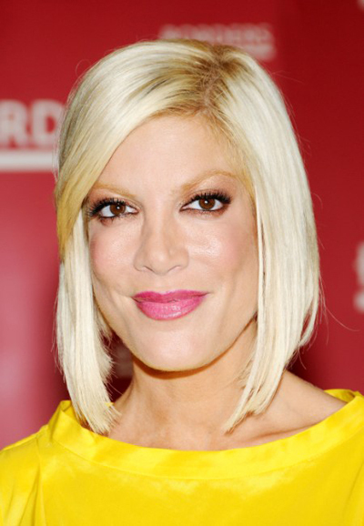 Tori Spelling's blonde, sleek hairstyle