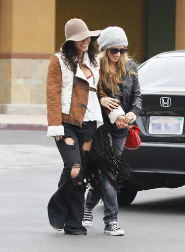 Vanessa Hudgens & Ashley Tisdale shop together