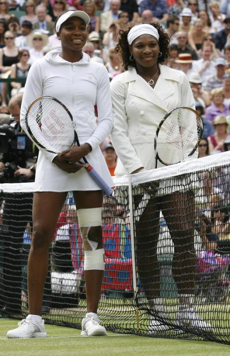Williams Sisters Pose at Center Court