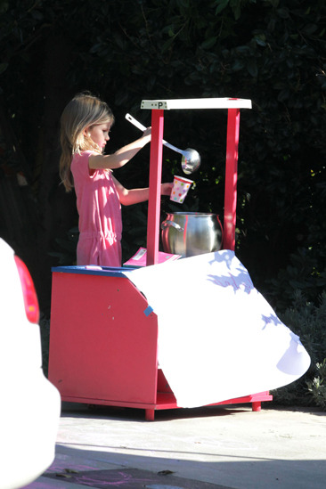 Violet Affleck selling lemonade outside the Afflecks' house