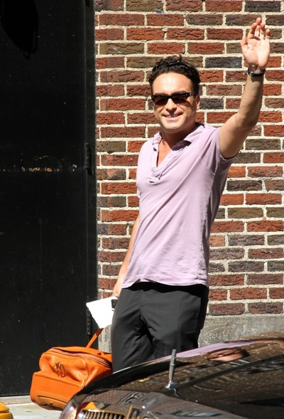 Johnny Galecki does the wave
