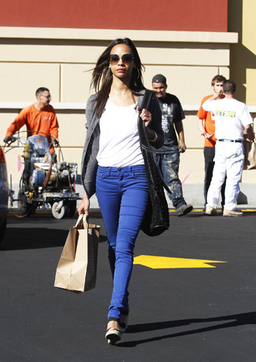 Zoe Saldana leaves a grocery store in blue skinny jeans
