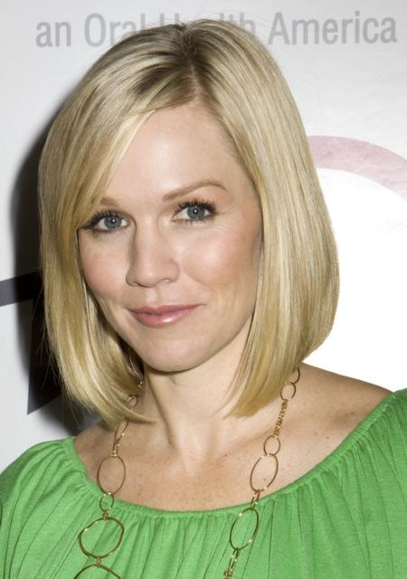 Jennie Garth wore a long bob hairstyle while attending the Trident's ?