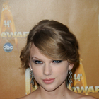 Taylor Swifts wavy, blonde updo