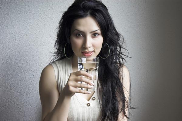 Beber agua antes de las comidas ayuda a adelgazar